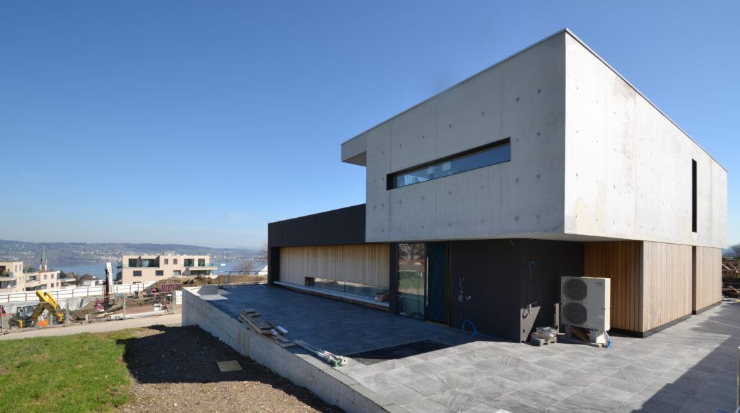 Bachtelblick 7 Seitenfassade Eingang Sichtbeton MO Architektur