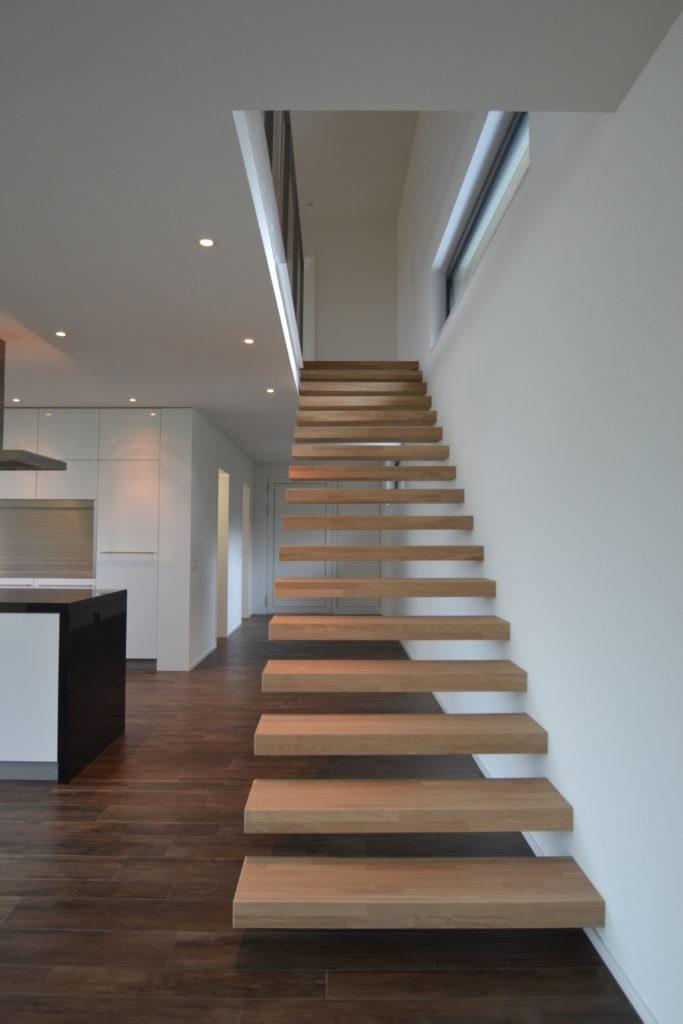 Freikragende Treppe in Massivholz