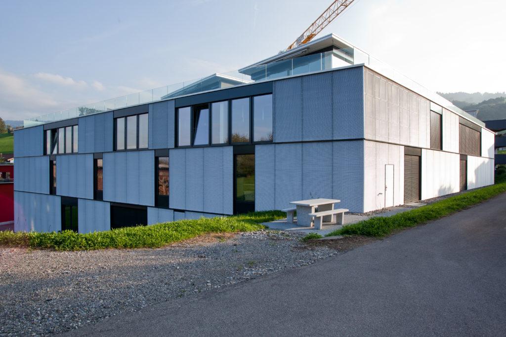 Gewerbebau-Küng Saunabau-Talstrasse-Altendorf-MO-Architektur-Uznach-Linthgebiet-Ostschweiz-Streckmetallfassade