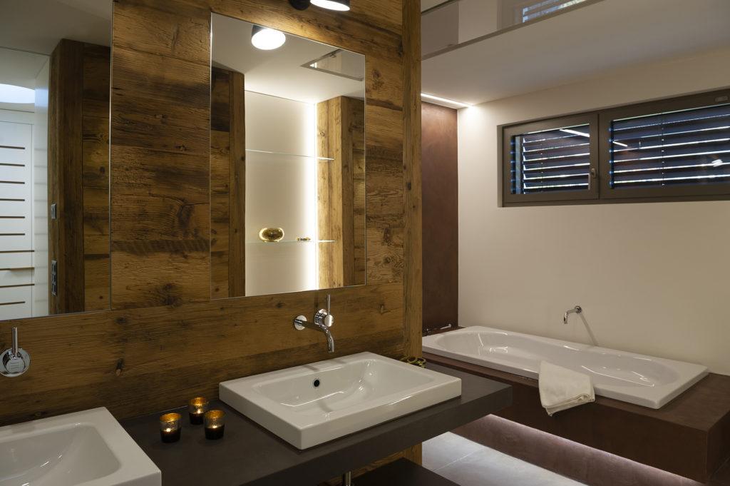 Bad mit Altholz und Naturofloor